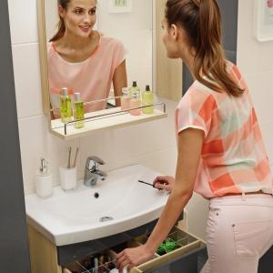 Przezroczyste organizery ułatwiają posegregowanie kosmetyków – szafka podumywalkowa Smart marki Cersanit. Fot. Cersanit.