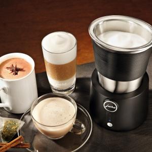 Spieniacz do mleka pozwoli szybko i w prosty sposób przygotować doskonałą piankę mleczną do Twoich specjałów niezależnie czy potrzebujesz zimnej pianki do drinków na bazie czekolady czy chcesz przygotować gorące latte frio. Zaprojektowany zgodnie z kierunkiem wzorniczym JURA stanowi idealne uzupełnienie dla ekspresu do kawy i stanowi nieodzowną pomoc dla wszystkich miłośników kawowych specjałów. Fot. Jura.