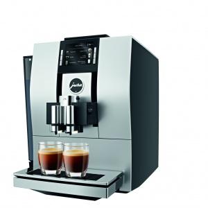 Wprowadzając Z6, JURA wchodzi na całkowicie nowy poziom automatycznych ekspresów do kawy. Najnowocześniejsza generacja automatycznych ekspresów to imponujący przejaw szwajcarskiej innowacyjności. Urzeka nieznaną dotąd jakością kawy w całym spektrum specjałów, od małego, mocnego ristretto aż po popularną, delikatną kawę flat white. Fot. Jura.
