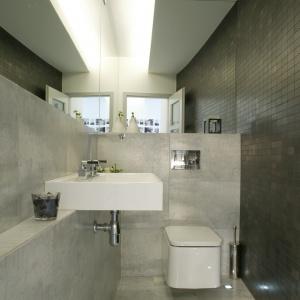 Łazienka wykończona płytkami stylizowanymi na beton. Projekt: Piotr Wełniak. Fot. Monika Filipiuk-Obałek.