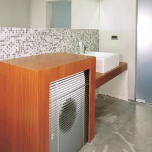 Mała łazienka w bloku z podłogą z betonu architektonicznego. Projekt: Piotr Mazurek. Fot. Marcin Łukaszewicz.