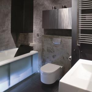Niewielka, szara łazienka wykończona impregnowanym betonem architektonicznym. Projekt: Piotr Mazurek. Fot. Tomasz Markowski.