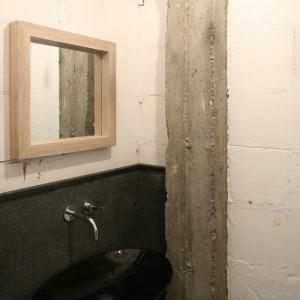 W toalecie dla gości ściany pozostawiono nieotynkowane. Projekt: Jarosław Jończyk, Monika Włodarczyk. Fot. Bartosz Jarosz.