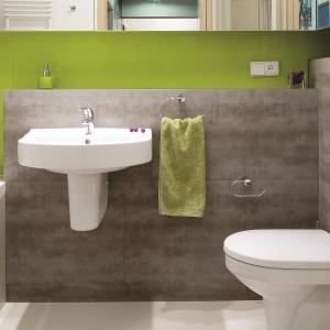 Mała rodzinna łazienka z płytkami stylizowanymi na beton. Projekt: Marta Kruk. Fot. Bartosz Jarosz.