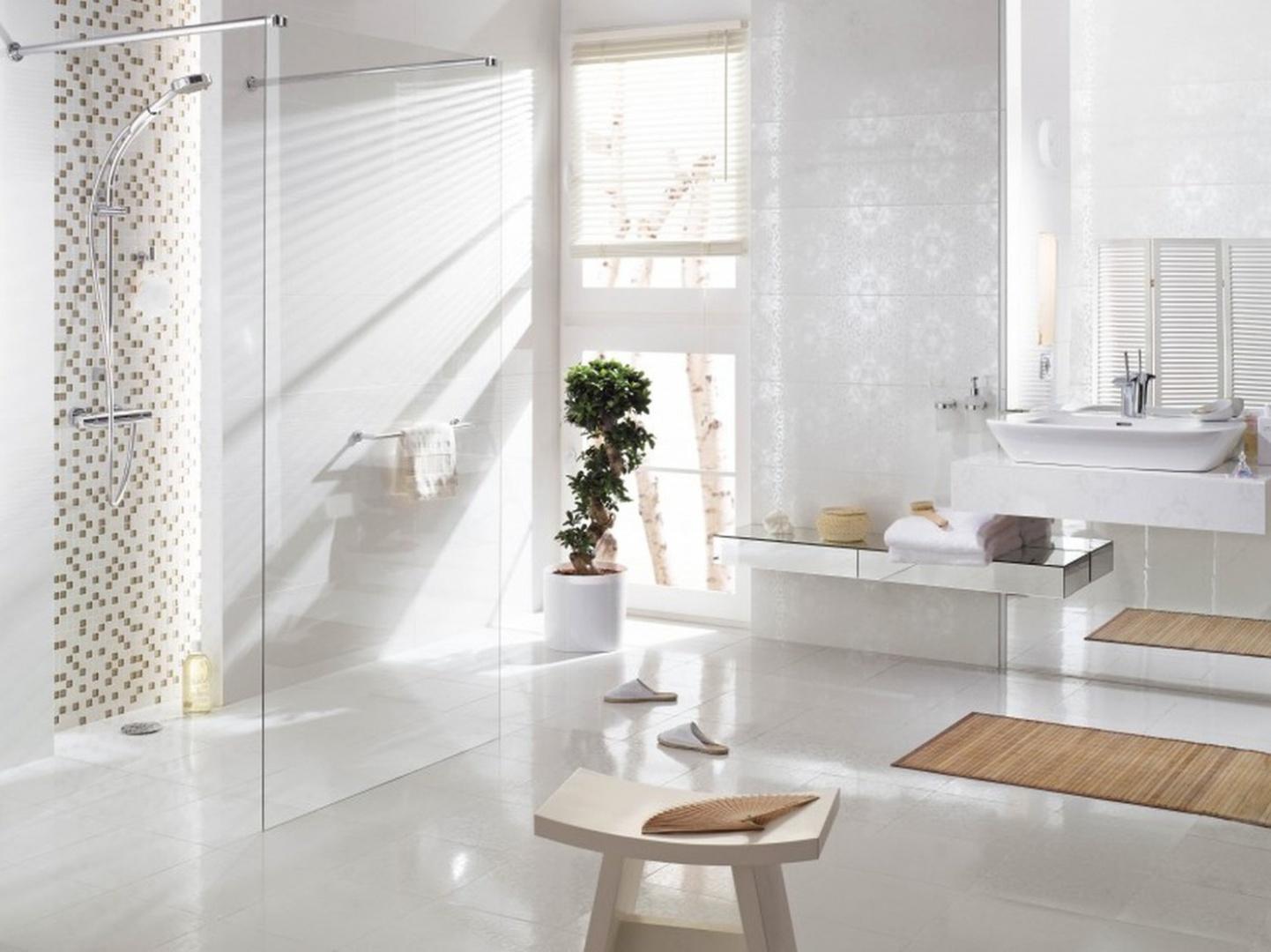 Białe płytki mogą nadać przestrzeni łazienki elegancki klimat. Na zdjęciu: kolekcja Velatia by My Way Paradyż Group. Subtelny nadruk na płytkach bazowych odbija światło. Uzupełnieniem kolekcji są płytki z nadrukiem lustrzanych pasków. Fot. My Way Pardyż Group.