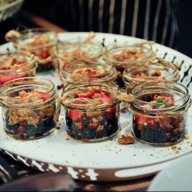 Pyszny deser: owoce jagodowe pod zabajone