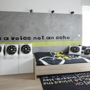 W sypialni syna właścicieli wprowadzono akcenty w kolorach żółtym i limonkowym które pięknie prezentują się na tle szarości i ją ożywiają. Projekt: Karolina Stanek-Szadujko i Łukasz Szadujko. Fot. Bartosz Jarosz.