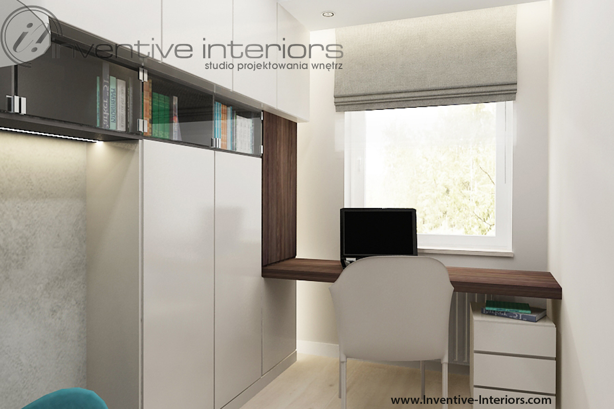 Wąski gabinet, biurko pod oknem. Fot. Inventive Interiors.
