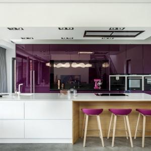 Kuchnia Z1 to połączenie białego lakieru, dębowego forniru oraz intensywnego, mocnego fioletu w wysokim połysku. Fot. Zajc Kuchnie.