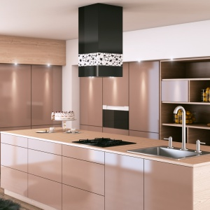 Absolutnie przepiękny okap KR Glass Design W wykonano z czarnego gładkiego szkła, ozdobionego podświetlaną, białą aplikacją, którą pokrywają dekoracyjne wzory. Połączenie prostoty i elegancji. Fot. Ciarko Design.