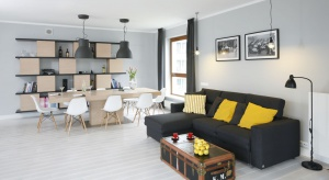 Jasny kolory to doskonały sposób na stworzenie przestronnego i miłego w odbiorze wnętrza. Zobaczcie jak je stosować w salonie.
