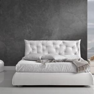 Łóżko Tender ma zupełnie nietypowy zagłówek, który jest nie tylko wygodnym elementem, ale również pełni rolę dekoracyjną. Fot. Giessegi.