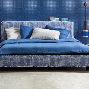 Łożko Molton ma jeansową tapicerkę i ciekawą formę przeszyć. Doskonale wpasuje się w nowoczesny styl sypialni. Fot. Letti&Co.