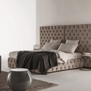 Gigantyczny zagłówek może być odpowiedzią na to, co zrobić ze ścianą za łóżkiem. Łóżko z takim zagłówkiem będzie z pewnością na pierwszym planie i nie potrzebne nam będą żadne grafiki czy obrazy na ścianie. Fot. Meridiani.
