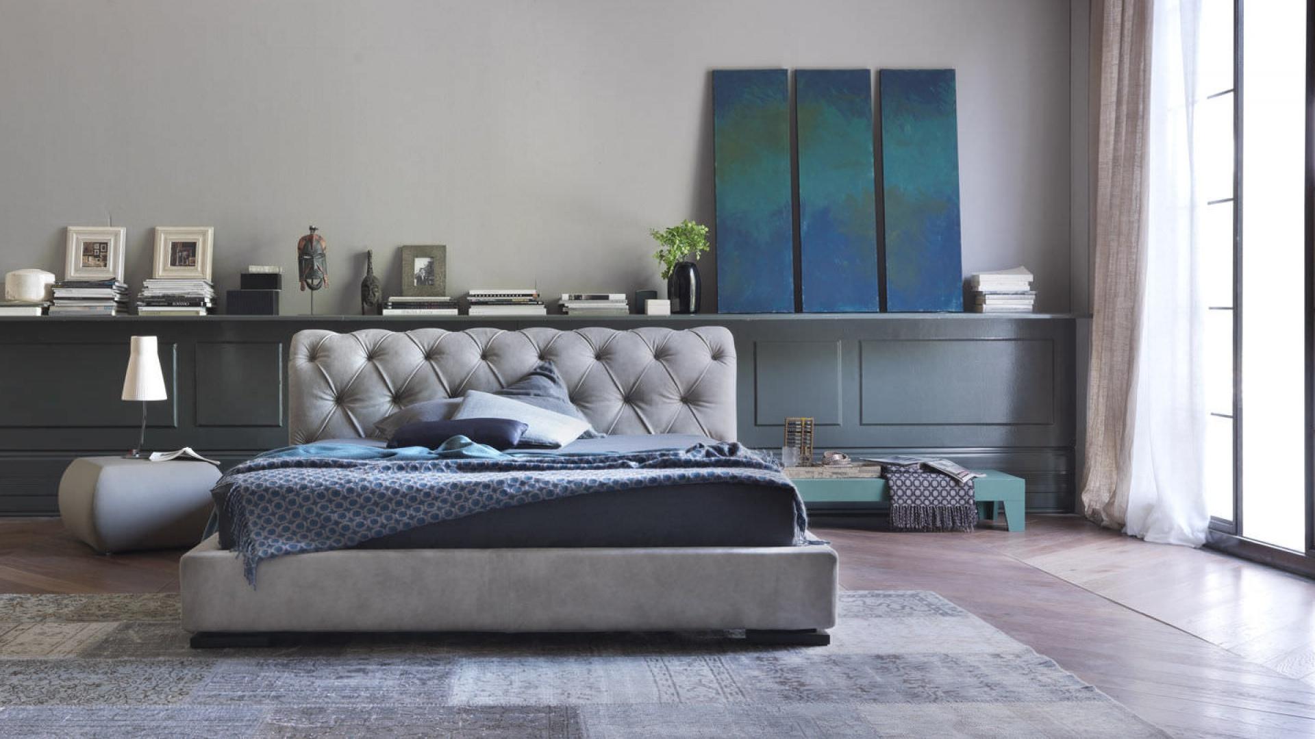 Szare łóżka są wciąż na topie. Modele ze zdobionym zagłówkiem będą również dekoracją wnętrza. Fot. Letti&Co.