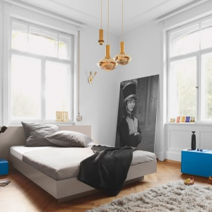 Niezwykle proste, minimalistyczne łóżko, które dedykowane jest nowoczesnym wnętrzom. Fot. Kettnaker.