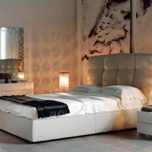 Wysokie zagłówki łóżek potrafią ozdobić całe wnętrze. Wysoki i miękki stanowi również wspaniałe podparcie dla pleców, np. podczas czytania książki przed spaniem. Fot. Cattelan.