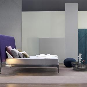 Łóżko Contrast, jak sama nazwa wskazuje bazuje na kontraście. Chłodna, jakby niewykończona rama łóżka kontrastuje tu z miękkim, kolorowym zagłówkiem. Fot. Bonaldo