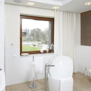 Wolno stojąca wanna została umiejscowiona przy oknie, co czyni z niej idealne wręcz miejsce do relaksu w domowym salonie kąpielowym. Projekt: Piotr Stanisz. Fot. Bartosz Jarosz.