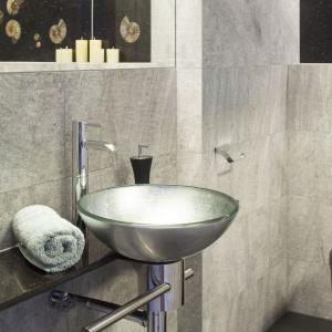 Druga łazienka w domu to królestwo eleganckiej ekstrawagancji. Panują tam ciemne kolory i połyskujące metale. Projekt: Piotr Stanisz. Fot. Bartosz Jarosz.