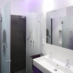 Łazienka dla chłopca i dziewczynki – z dużą kabiną i dwiema umywalkami. Projekt: Michał Mikołajczak. Fot. Bartosz Jarosz.