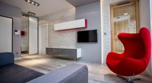 Najważniejsza w stylu nowoczesnym jest przestrzeń. Ważny jest także minimalizm i prostota dodatków, artykułów wyposażenia wnętrz. Do przestronnych wnętrz nowoczesnych najbardziej pasują szarości, beże, biel. Druga szkoła mówi o kolorach moc