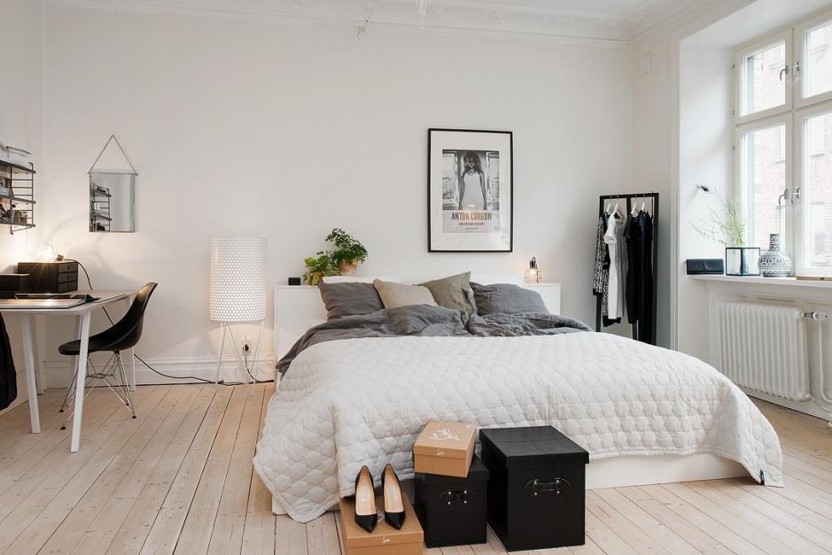 W skandynawskiej sypialni w zasadzie nie musi być tradycyjnego łóżka. Materac można położyć na podłodze lub podwyższeniu. Ważne aby udekorowały go miękkie poduszki i narzuta. Fot. Alvhem Makleri.