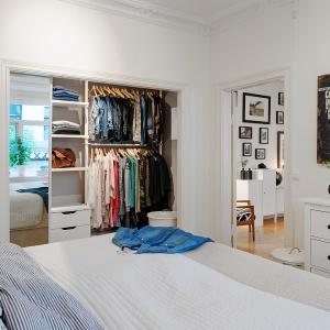 Szafa nie musi być schowana. Kolorowe sukienki i ciekawie ułożone swetry będą ozdobą sypialni. Fot. Alvhem Makleri.