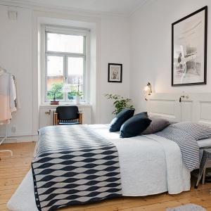W sypialni stylizowanej na skandynawską bardzo ważne są dodatki. To one przełamują chłód bieli i nadają aranżacji stylu. Fot. Alvhem Makleri.