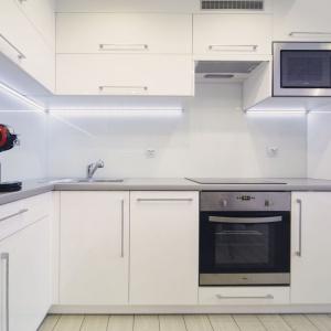 Aż trudno uwierzyć, że kiedyś kuchnia i łazienka stanowiły jedno, malutkie pomieszczenie. Dziś ta pierwsza to elegancki, nowoczesny i funkcjonalny aneks kuchenny ze sporą powierzchnią roboczą. Projekt: Patrycja Balińska-Seweryn i Mariusz Seweryn. Fot. właściciele.
