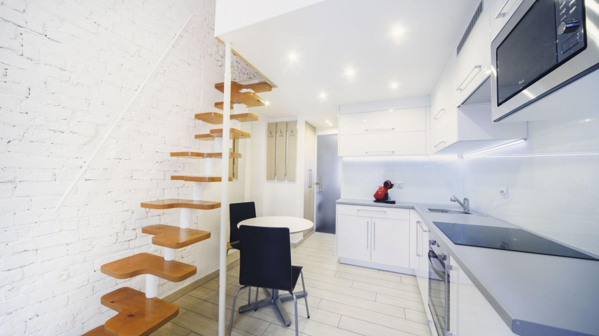 Mikroskopijną, ponurą kawalerkę zmieniono w jasne, nowoczesne mieszkanie z funkcjonalnym aneksem kuchennym i komfortową antresolą. Projekt: Patrycja Balińska-Seweryn i Mariusz Seweryn. Fot. właściciele.