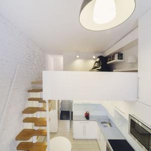 W mieszkaniu wykorzystano każdy zakamarek przestrzeni. Na antresoli urządzono kącik czytelniczy oraz przestrzeń do pracy przy komputerze. Projekt: Patrycja Balińska-Seweryn i Mariusz Seweryn. Fot. właściciele.