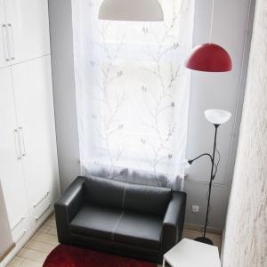 W strefie dziennej urządzono mini-salonik z rozkładaną sofą. Towarzyszy im gustowny stolik kawowy. Projekt: Patrycja Balińska-Seweryn i Mariusz Seweryn. Fot. właściciele.