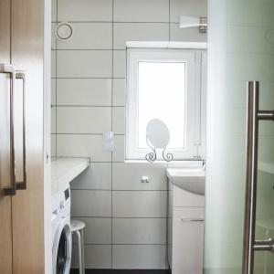 Przy łazience zaplanowano wysoką zabudowę, która pozwala pomieścić w niej ubrania i różne przedmioty, tak aby pozostawały poza zasięgiem wzroku domowników. Projekt: Patrycja Balińska-Seweryn i Mariusz Seweryn. Fot. właściciele.