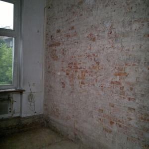 W trakcie remontu skuto ściany i odsłonięto znajdującą się pod starym tynkiem czerwoną, stuletnią cegłę. Projekt: Patrycja Balińska-Seweryn i Mariusz Seweryn. Fot. właściciele.