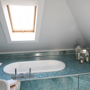 Okno dachowe zapewnia sporo światła dziennego, dzięki czemu łazienka jest jasna i przestronną. Projekt: Agnieszka Zaręba, Magdalena Kostrzewa-Świątek. Fot. Bartosz Jarosz.