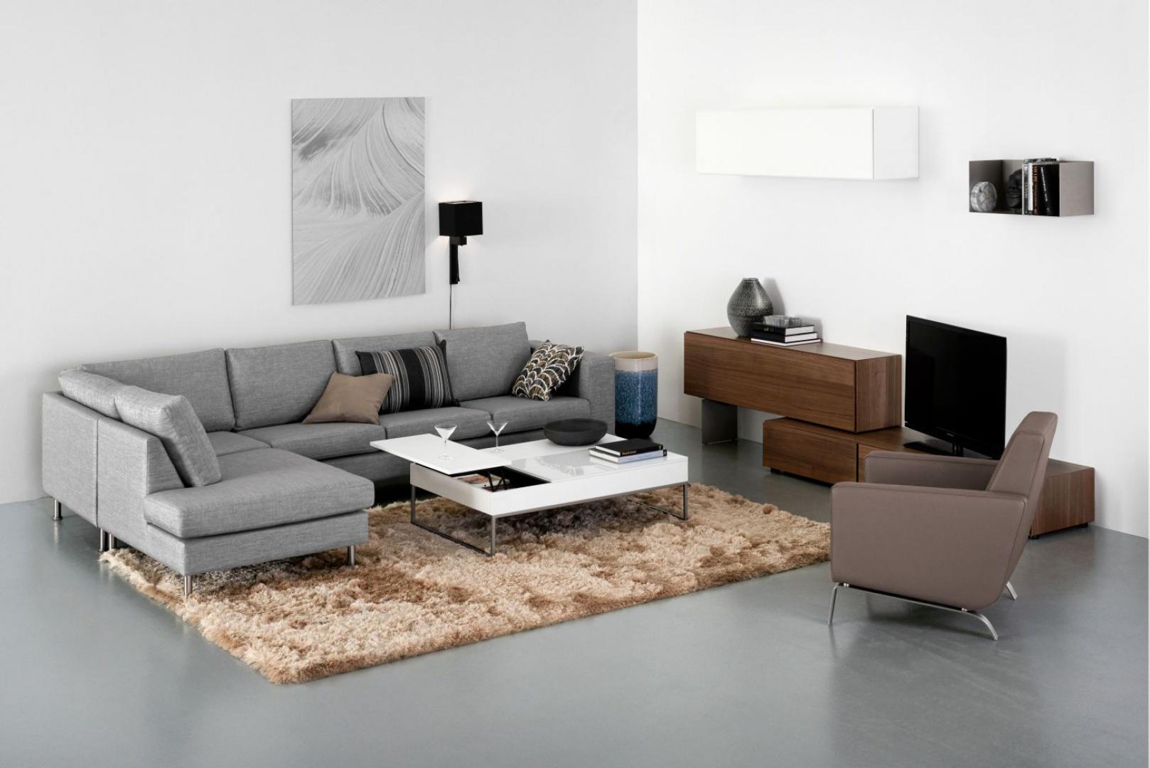Modułowa sofa Cenova posiada miękkie poduchy siedzisk oraz dodatkowe podparcie na podłokietnikach, dając jeszcze lepszy komfort użytkowania. Wybieraj spośród dwóch różnych poduch oparcia: klasyczne lub w formie luźnej dla bardziej swobodnego wyglądu. Fot. BoConcept.