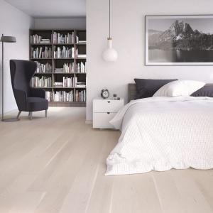 Jasne podłogi optycznie powiększają pomieszczenia. Warto je więc stosować w małych sypialniach. Na zdjęciu: Dąb White Truffle. Fot. Barlinek.