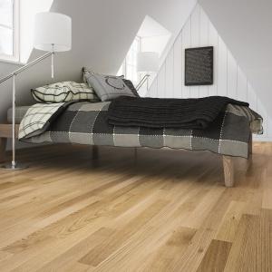 Podłoga w ciepłym odcieniu sprawi, że sypialnia stanie się bardziej przytulna. Na zdjęciu: Dąb Delicious. Fot. Barlinek.
