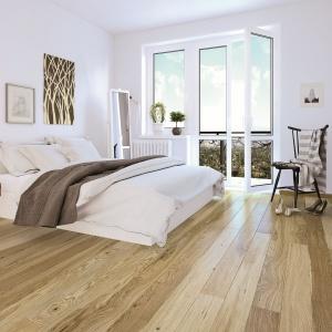 Dąb Askania Piccolo to wyselekcjonowane deski o unikalnym odcieniu, jednolitej barwie i dekoracyjnym układzie słojów. Fot. Barlinek.