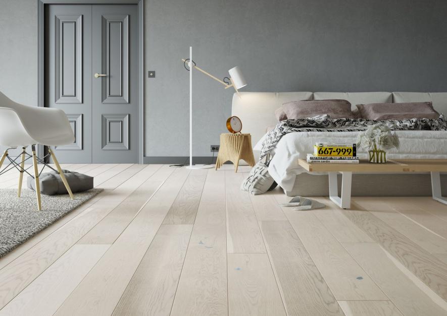 Dąb Cappucino Grande to trwała i odporna podłoga o delikatnym, kremowo-białym barwieniu. Deski uszlachetnione szczotkowaniem i optycznie wydłużone w procesie fazowania. Fot. Barlinek.