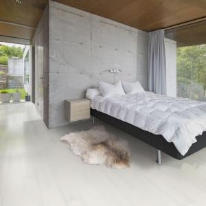 Podłoga Kahrs Jesion Alabaster to biała klepka jesionowa, która doskonale sprawdzi się m.in. we wnętrzach stylizowanych na skandynawskie. Fot. Komfort.