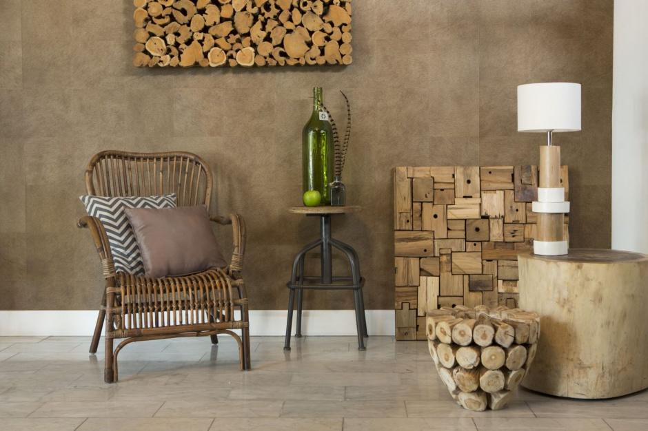 Oryginalne meble: komody, stoły i stoliki wykonane w całości z drewna. Fot. Westwing.