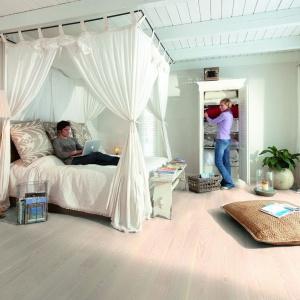 Podłoga Dąb Feline charakteryzuje się przyjemną, jasną kolorystyką i widocznym usłojeniem. Dzięki niej sypialnia prezentuje się bardzo naturalnie. Fot. Boen.