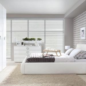 Białe meble Roksana doskonale nadają się do aranżacji nowoczesnej sypialni. Biel przyciąga do wnętrza naturalne światło, ale i sprawia, że aranżacja prezentuje się świeżo. Fot. Black Red White.