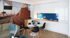 Ścianę nad blatem wykończyć można wieloma materiałami: od popularnych płytek, przez szkło, po starą cegłę.