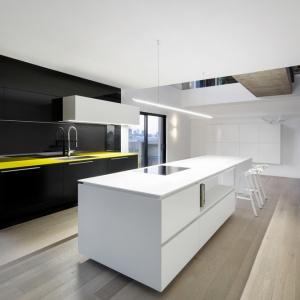 Wyspa pełni kilka funkcji jednocześnie: strefy gotowania, powierzchni roboczej oraz domowego baru. Projekt: Marie-Pierre Auger Bellavance, Studio Practice. Fot. Adrien Williams & Gorgin S. Fazli.
