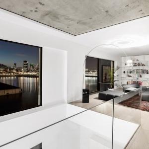 Panoramiczne przeszklenia w salonie odsłaniają malowniczy widok na Montreal. Projekt: Marie-Pierre Auger Bellavance, Studio Practice. Fot. Adrien Williams & Gorgin S. Fazli.