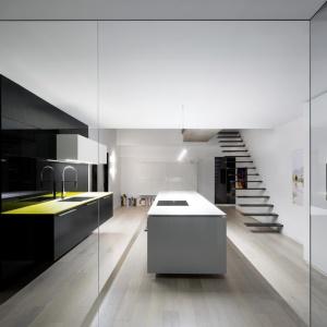 Typowe ścianki działowe zastąpiono dużymi przeszkleniami. Projekt: Marie-Pierre Auger Bellavance, Studio Practice. Fot. Adrien Williams & Gorgin S. Fazli.
