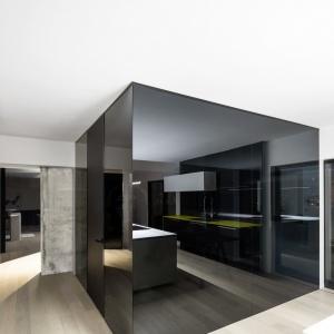 Wnętrze urządzono w oparciu o kubiki. Wykorzystanie w aranżacji wnętrza dużych połaci szkła, sprawia, że jest ono świeże i nowoczesne. Projekt: Marie-Pierre Auger Bellavance, Studio Practice. Fot. Adrien Williams & Gorgin S. Fazli.